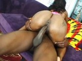 Negra rabuda quicando na rola