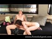 Sexo oral no escritório de modelos